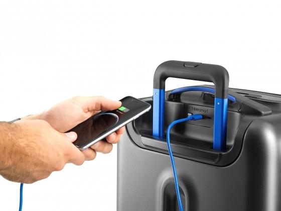 bluesmart-one-phone-charge-02